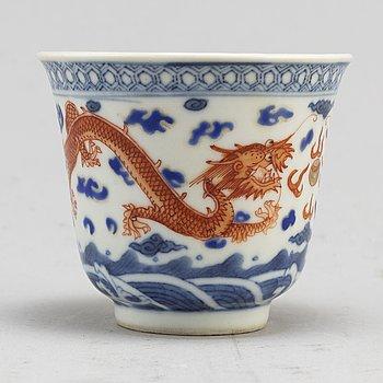 KOPP, porslin. Kina, tidigt 1900-tal, med Qianlongs märke.