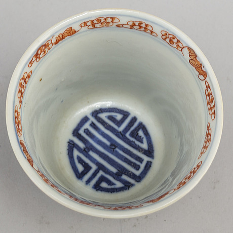 A chinese iron-red and blue and white cup, early 20th century.