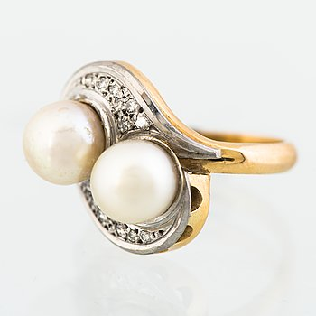 A RING, cultured pearls, 8/8 cut diamonds, 18K gold and white gold. Kuopion Kultaseppä, Kuopio Finland 1944.