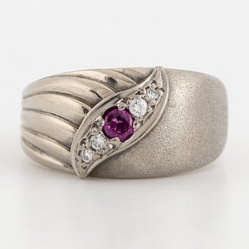 18K white godl and ruby and brilliant-cut diamond.