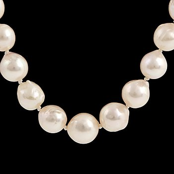 A cultured pearl necklace, clasp 18K gold with small diamonds.