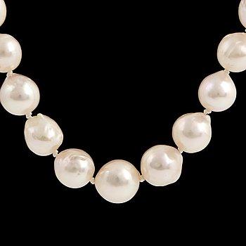 PÄRLCOLLIER, med odlade pärlor, lås i guld med små diamanter.
