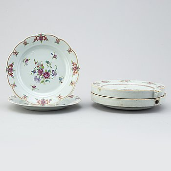 A pair of famille rose hot water dishes and a pair of dinner plates, Qing dynasty, Qianlong (1736-95).