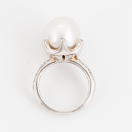 Ring, vitguld med odlad pärla och briljanter