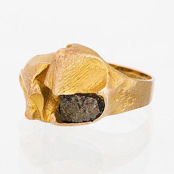 "A BJÖRN WECKSTRÖM RING,""Polyfemos"", 14K gold, copper ore. Lapponia 1973."