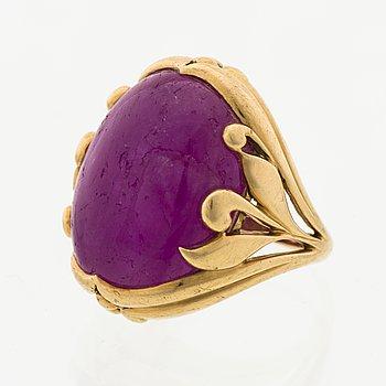 A LOTTA ORKOMIES RING, cabochon cut ruby, 18K gold. A. Tillander, Helsinki Finland 1981.