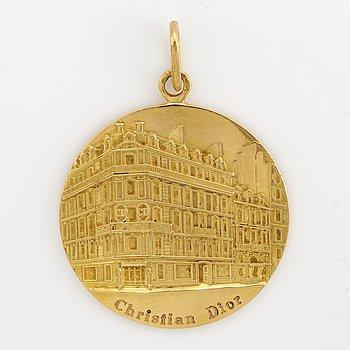 An 18K gold Christian Dior pendant.
