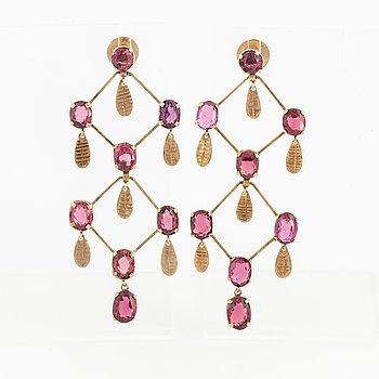 oval mixed-cut garnet earrings.