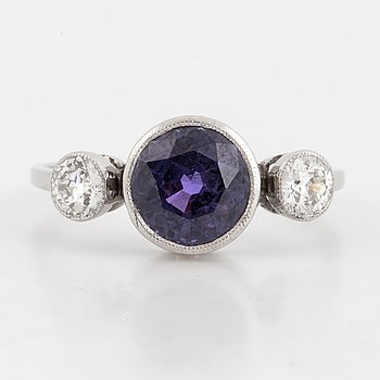 RING, med rund fasettslipad färgväxlande blålila safir och gammalslipade diamanter, med certifikat Gem & Pearl lab.