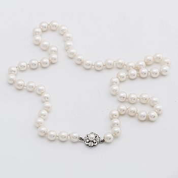 PEARL NECKLACE cultured pearls approx 7 mm w clasp in 18K whitegold w single-cut diamonds and 1 cultured pearl app. 5 mm.
