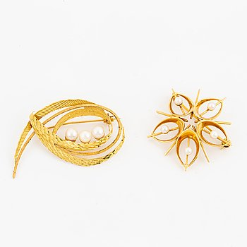 Two gold brooches with pearls.