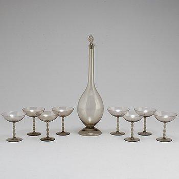 SIMON GATE. A glass decanter and 8 glasses. Sandviks Glasbruk, Sweden. 1920s.