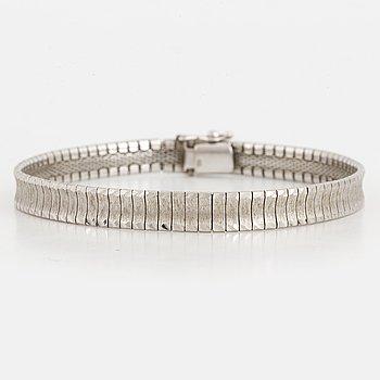 An 18K white gold bracelet.