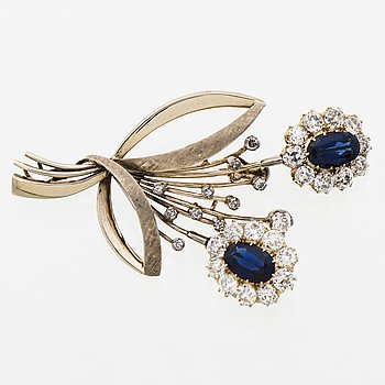 A BROOCH, facetted sapphires, old cut diamonds, 14K white gold.