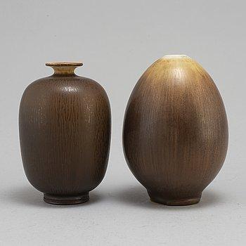 BERNDT FRIBERG, vaser 2 st, stengods med harpälsglasyr, signerade med studiohanden, Gustavsberg, daterade 1964 och 1978.