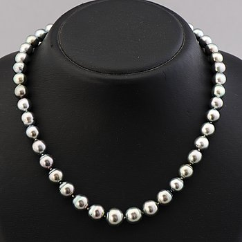 A PEARL NECKLACE, cultured tahiti pearls, clasp 14K gold.