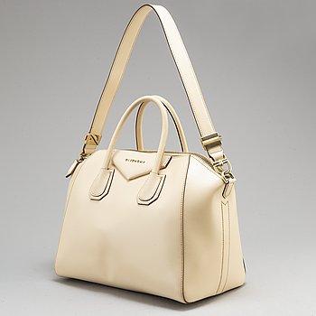 GIVENCHY, an 'Antigona Medium' calfskin leather handbag.