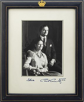 ROYAL PHOTOGRAPH, King Carl XVI Gustaf och drottning Silvia, signed and dated 1983. Photo signed Claës Lewenhaupt.