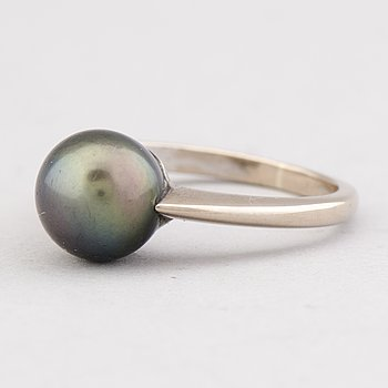 A RING, cultured Tahiti pearl, 18K white gold.