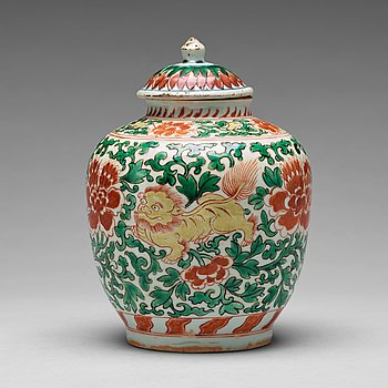 754. A Transitional wucai jar with cover, 17th Century.