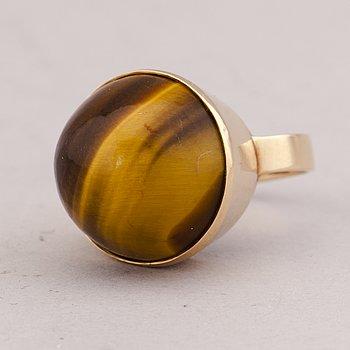 A RING, cabochon cut tiger´s eye, 14K gold. Risto Lehtonen, Helsinki 1960.