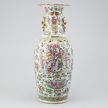 A large Canton vase, Qing dynasty, 19th Century.