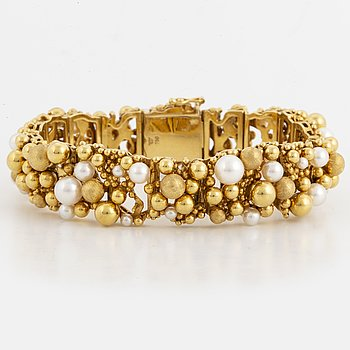 18K gold and cultured pearl bracelet.