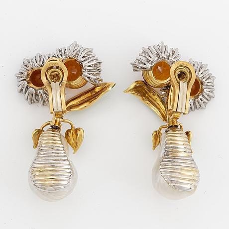 Gaudy,  Örhängen ett par med odlade 'south sea' pärlor,  citriner och briljanter. 18k guld och emalj.