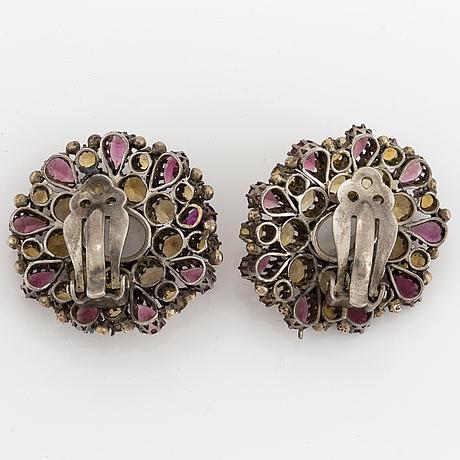 ÖrhÄngen, ett par med månstenar och olikfärgade stenar, bla rosa turmaliner, silver.