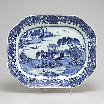 A blue and white export serving dish, Qing dynasty, Qianlong (1736-95).