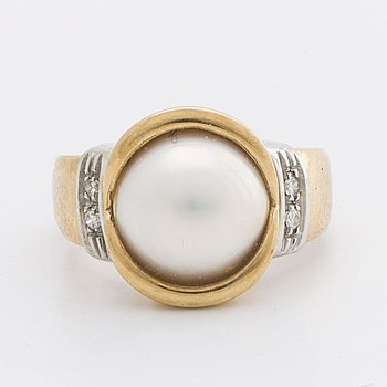 RING 18k gold w 1 cultured Pearl and 4 brilliant-cut Diamonds approx 0,05 ct.