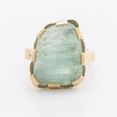 Ring 18k guld m grön sten troligen beryll, stockholm 1982