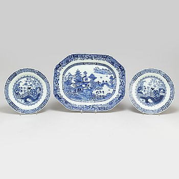 A blue and white export serving dish and a pair of plates, Qing dynasty, Qianlong (1736-95).