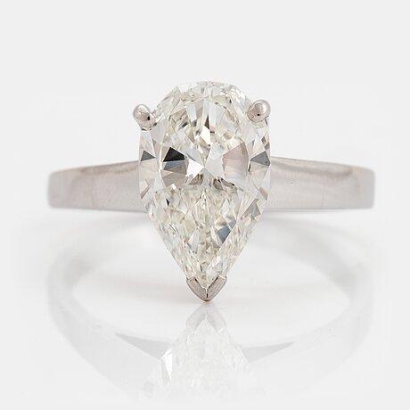 Ring 18k vitguld med en droppformad briljantslipad diamant 2.12 ct kvalitet g vs 1 enligt medföljande hrd certifikat.