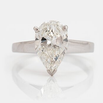 853. An 18K white gold ring set with a pear shaped brilliant-cut diamond 2.12 cts G vs 1.