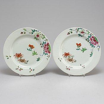 TALLRIKAR, ett par, porslin. Qingdynastin, Qianlong (1736-95).