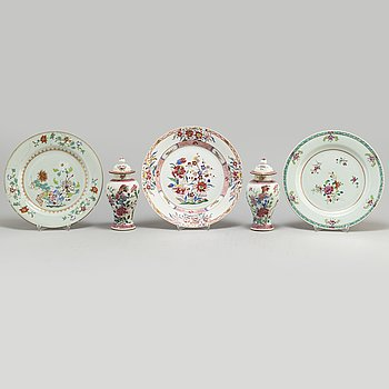 A set of three famille rose plates and two minature vases with covers, Qing dynasyt, Qianlong (1736-95).