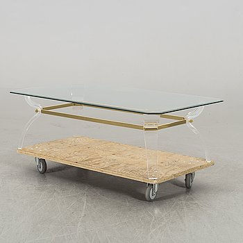 A glass topp coffee table.