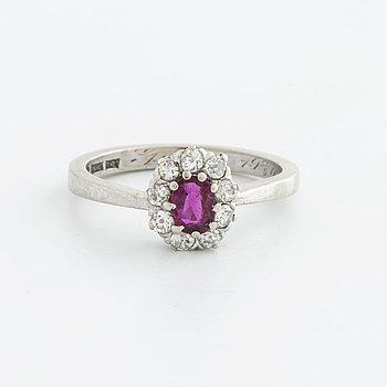 RING 18K vitguld m briljanter 1 rubin ca 5 x 3 mm och gammalslipade diamanter ca 0,30 ct totalt, G Dahlgren & Co 1968.
