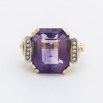 RING 18K gold w 1 amethyst approx 14 x 12 mm and10  single-cut diamonds approx 0,05 ct in total, G Dahlgren & Co Malmö.