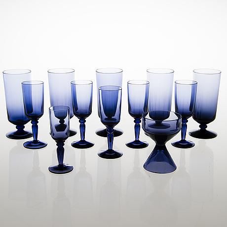 """Tamara aladin, laseja, 11 kpl, """"lila"""" 1861, ja sokerikko, 1158, riihimäen lasi 1961-64. muotoiltu 1960 ja 1961."""