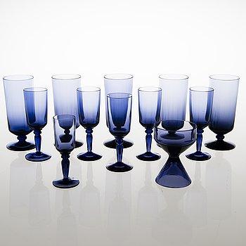 """TAMARA ALADIN, GLAS, 11 st, """"Lila"""" 1861, och SOCKERSKÅL, 1158, Riihimäen Lasi 1961-64. Formgivna 1960 och 1961."""