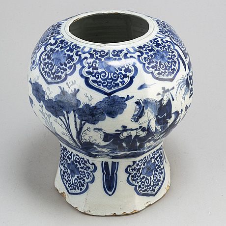 A faiance vase, delft, 17th/18th century.