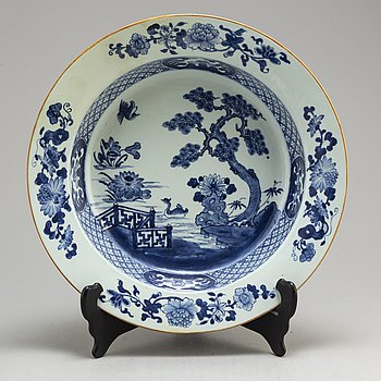 A large blue and white export porcelain bowl, Qing dynasty, Qianlong (1736-95).