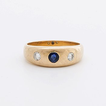 RING 18K gold w brilliant-cut Diamonds 0,20 ct in total engraved, 1 sapphire.