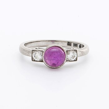 RING 18K whitegold w 2 brilliant-cut diamonds approx 0,20 ct in total and 1 cabochon-cut ruby approx 5 x 5 mm, Stockholm.