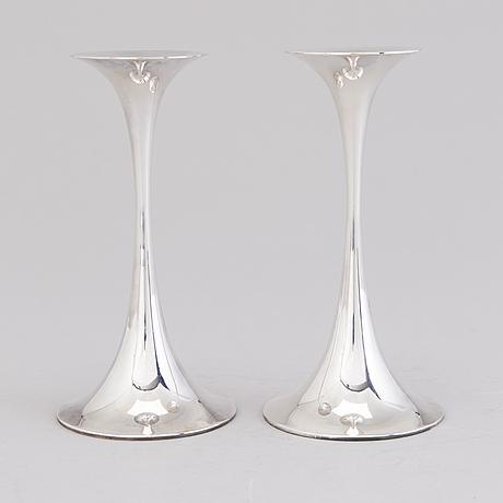"""Tapio wirkkala, ljusstakar, ett par, silver, """"trumpetti"""", stämpelsignerade tw, kultakeskus, tavastehus 1983 och 1986"""