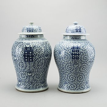 A pair of Chinese blue and white lid urns, turn of the cenntury 1900.