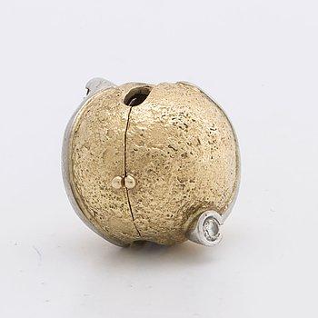 LYNGGAARD lås 18K guld och vitguld m 2 briljanter ca 0,10 ct totalt.