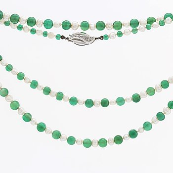 NECKLACE chrysoprase beads approx 4-6 mm and cultured freschwater pearls clasp 18K whitegold w single-cut diamonds.